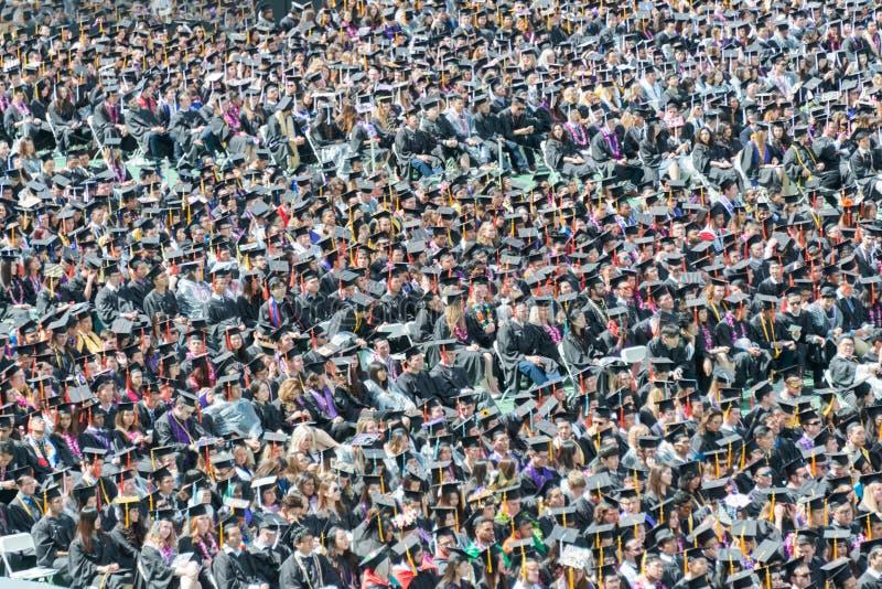Estudantes universitário na cerimônia de graduação fotos de stock
