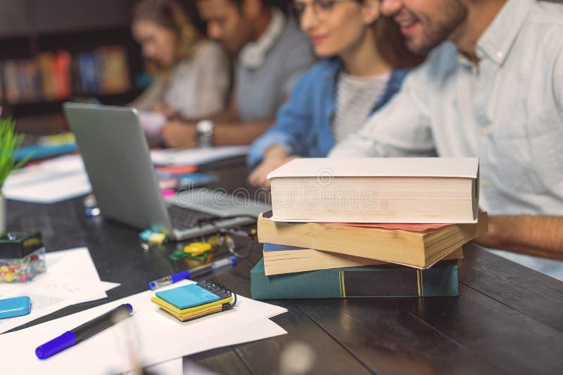 Estudantes universitário que sentam-se junto e que estudam imagem de stock royalty free