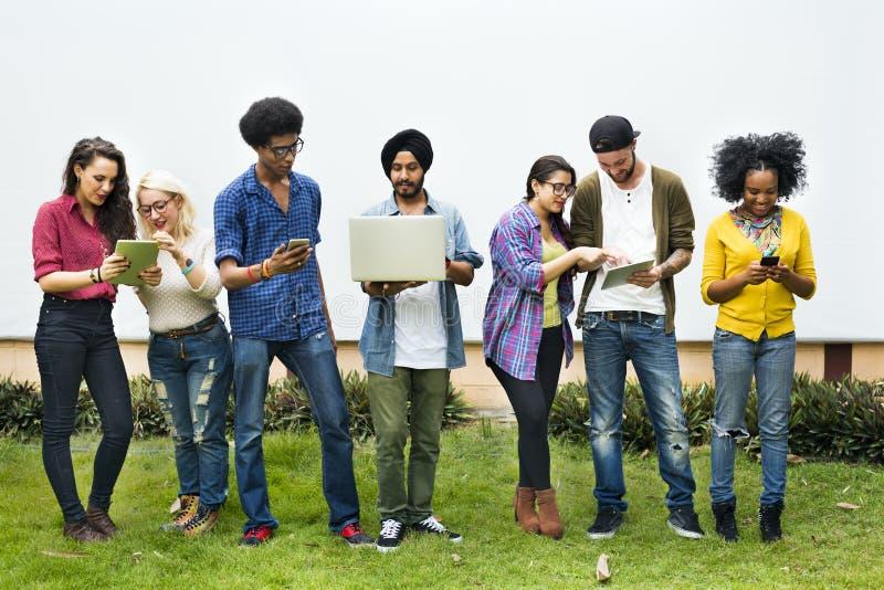 Estudantes universitário que usam o conceito dos dispositivos de Digitas fotos de stock royalty free