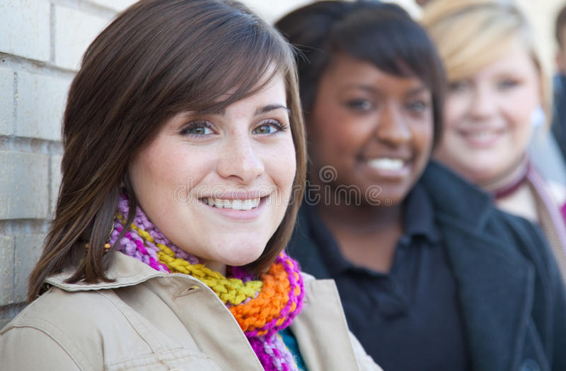 Estudantes universitários fêmeas Multi-racial imagens de stock royalty free