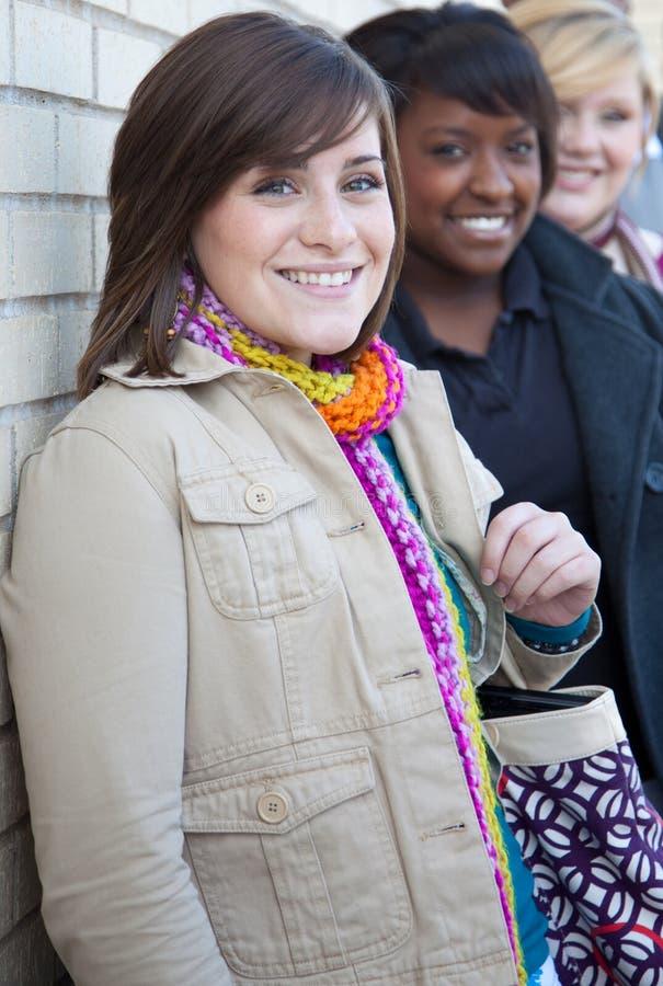 Estudantes universitários fêmeas Multi-racial fotos de stock