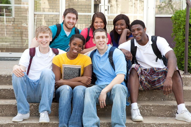 Estudantes universitários multiculturais fora no terreno fotos de stock royalty free