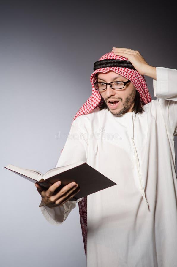 Download Estudiante árabe Con El Libro En La Educación Foto de archivo - Imagen de koran, traje: 41917360