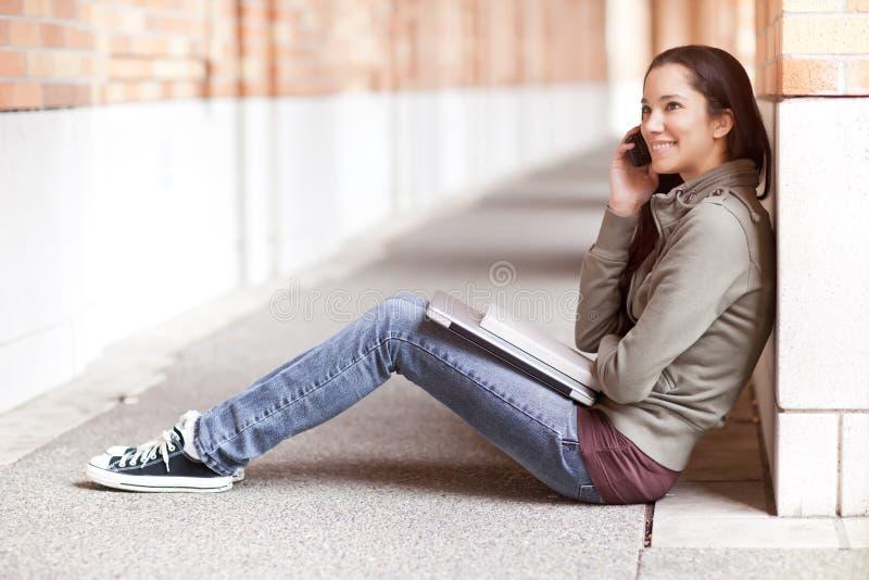 Estudiante étnico en el teléfono foto de archivo libre de regalías