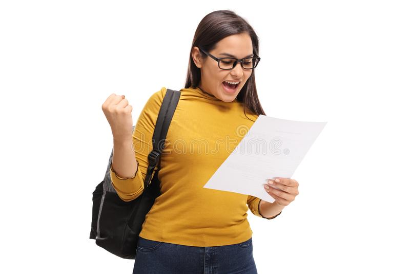 Estudiante adolescente femenino que mira un examen y que gesticula happines fotografía de archivo libre de regalías