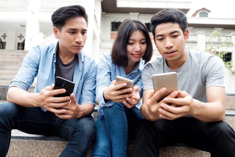 Estudiante adolescente que usa el teléfono móvil digital imagen de archivo