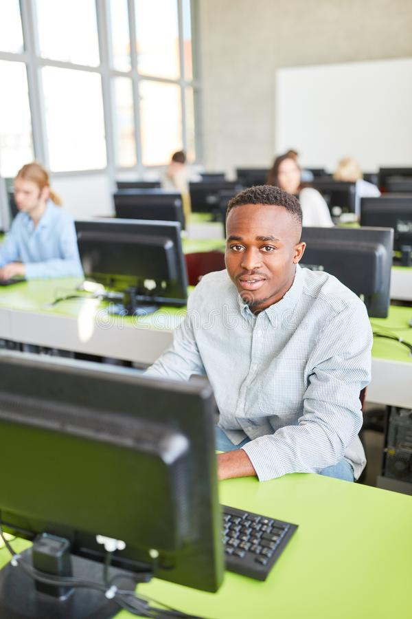 Estudiante africano en formación informática foto de archivo libre de regalías