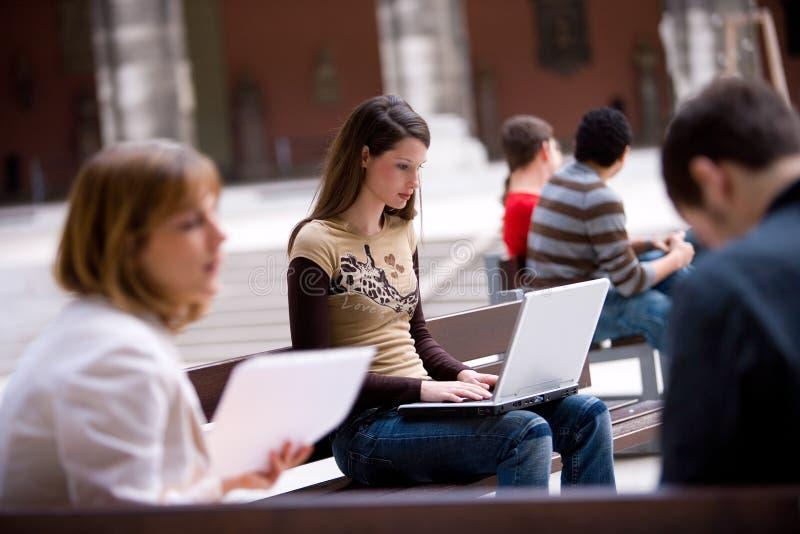 Estudiante al aire libre con PC de la computadora portátil imagen de archivo