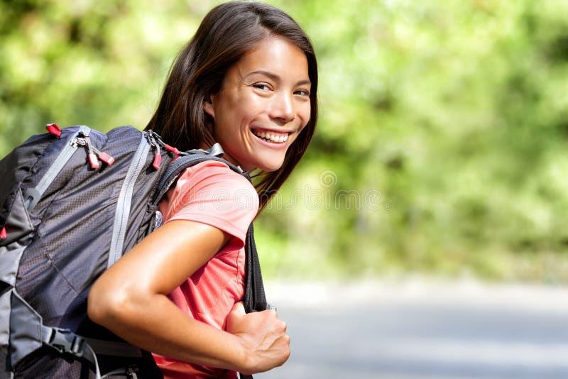 Estudiante asiática joven sonriente de la mochila del chino foto de archivo libre de regalías