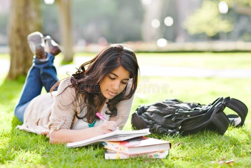 Estudiante asiático en campus imagen de archivo