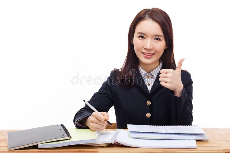 Estudiante asiático que muestra el pulgar. fotografía de archivo libre de regalías