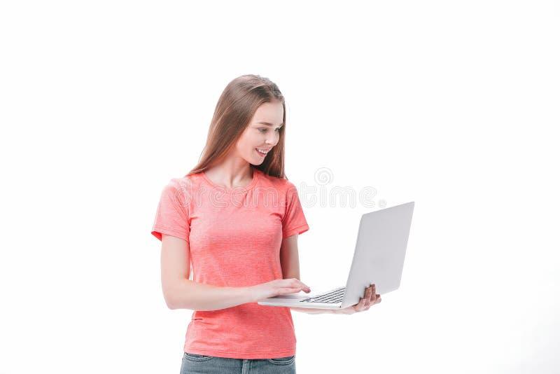 Estudiante atenta con el ordenador port?til Aislado en el fondo blanco fotos de archivo libres de regalías