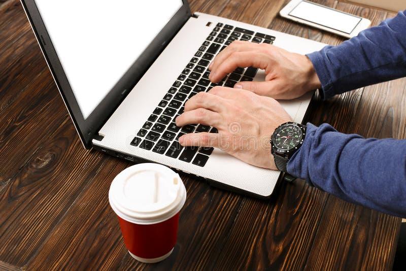 Estudiante/blogger/escritor/hombre ocasional vestidos que trabaja en el ordenador portátil de la PC, mecanografiando en el teclad fotografía de archivo