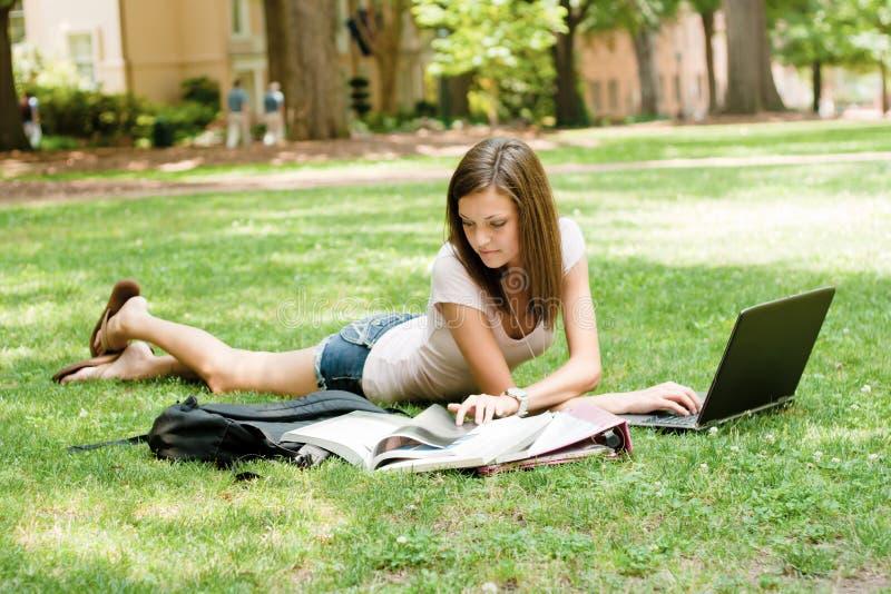 Estudiante bonito que hace la preparación imagen de archivo