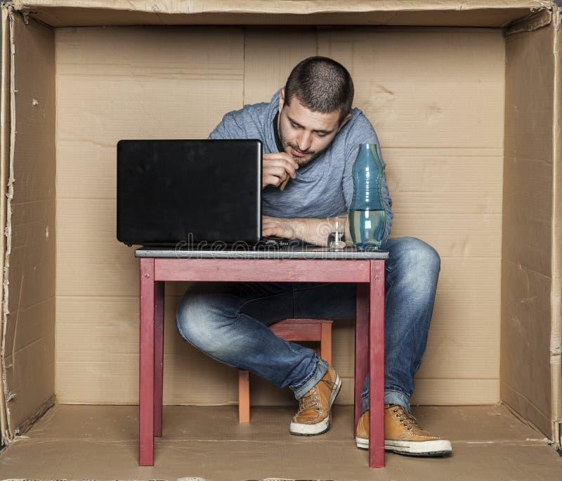 Estudiante borracho que intenta trabajar en el ordenador imagenes de archivo