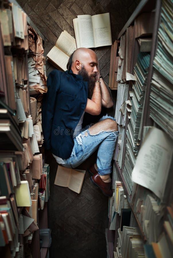 Estudiante cansado del hombre joven que duerme en piso mientras que prepara el examen imagen de archivo libre de regalías