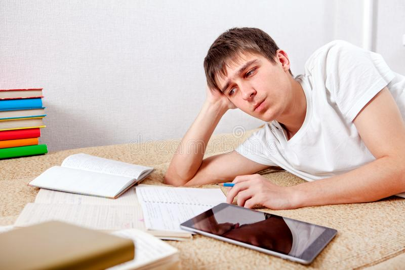 Estudiante cansado en casa imágenes de archivo libres de regalías