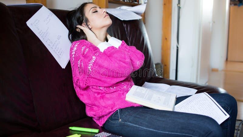 Estudiante cansado que tiene mucho leer Estudiante subrayado preocupante El estudiante está estudiando Estudio para arriba fotos de archivo