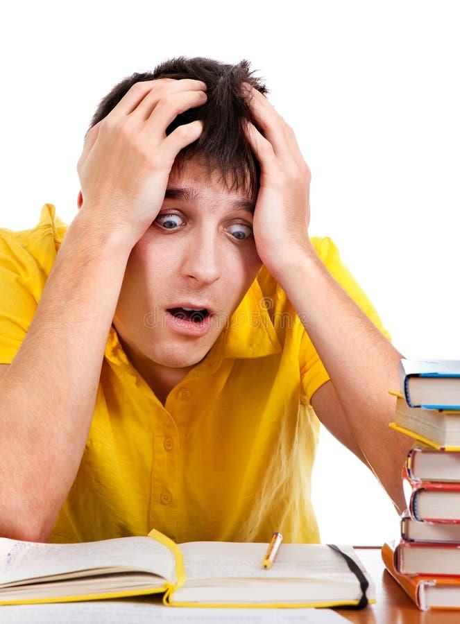 Estudiante chocado con libros fotos de archivo libres de regalías