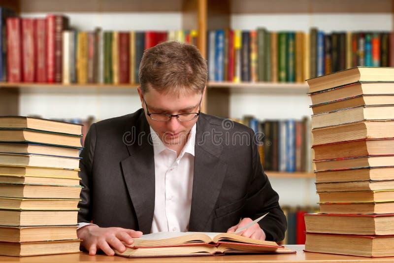 Download Estudiante Con El Libro Abierto Foto de archivo - Imagen de muchacho, campus: 41919952