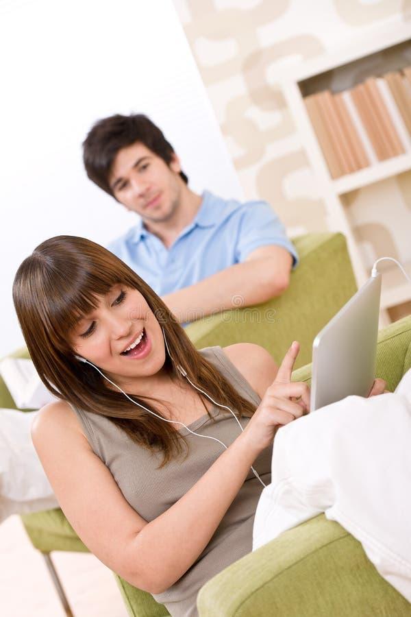 Estudiante - con el ordenador de la tablilla de la pantalla táctil fotos de archivo