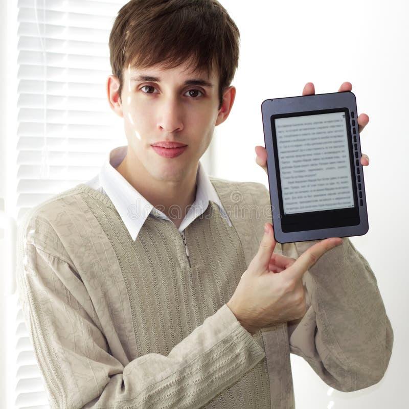 Estudiante con el programa de lectura del ebook imagen de archivo libre de regalías