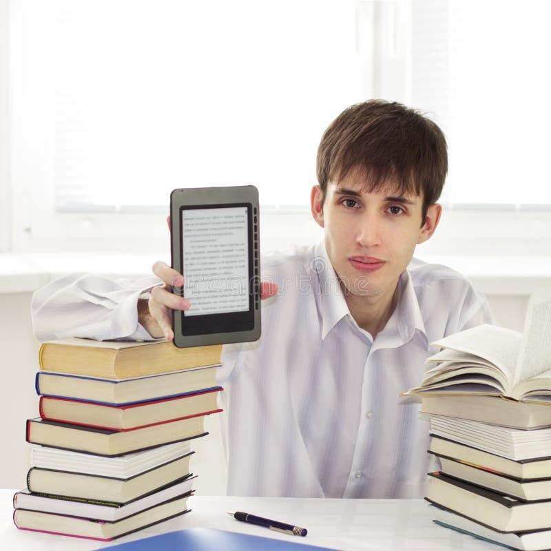 Estudiante con el programa de lectura del ebook fotos de archivo libres de regalías