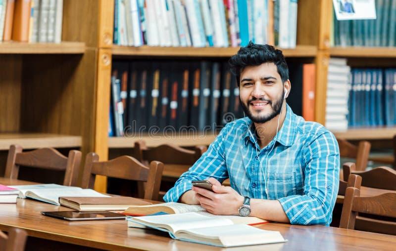 Estudiante con el teléfono imagenes de archivo