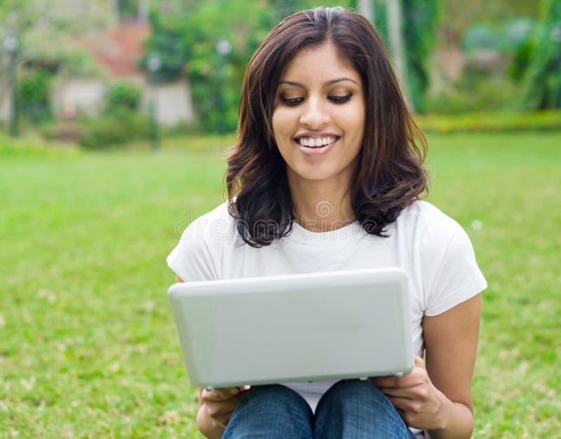 estudiante con la computadora portátil fotografía de archivo