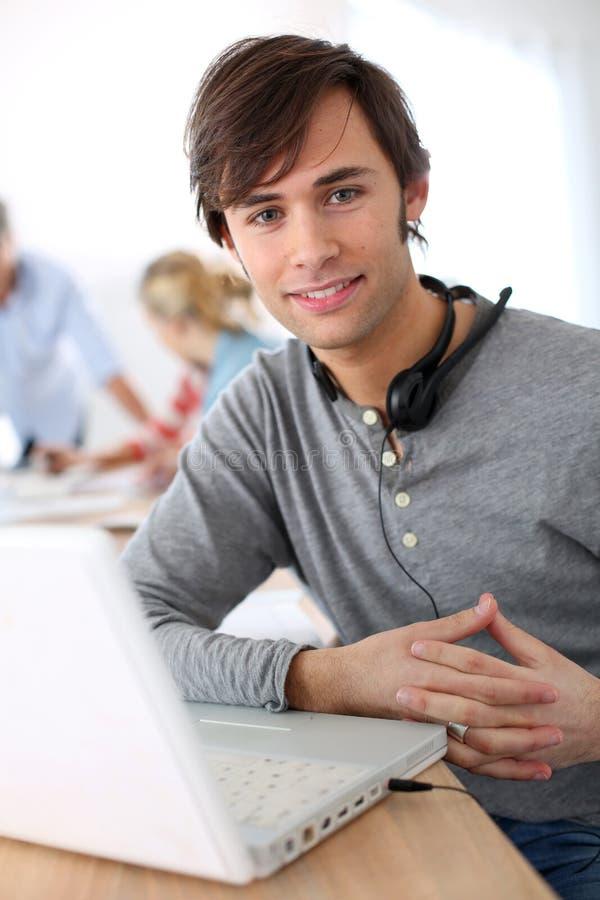 Estudiante con las auriculares en clase imagenes de archivo