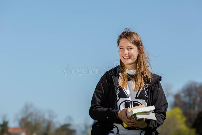 Estudiante con los libros imagen de archivo