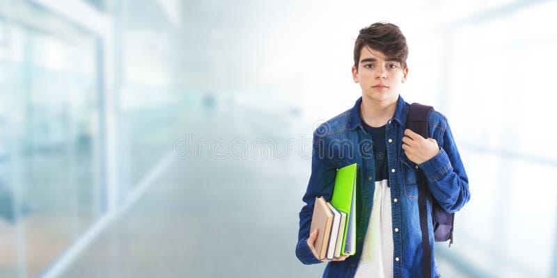 Estudiante con los libros y la mochila imagenes de archivo