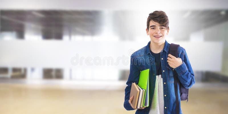 Estudiante con los libros y la mochila fotos de archivo