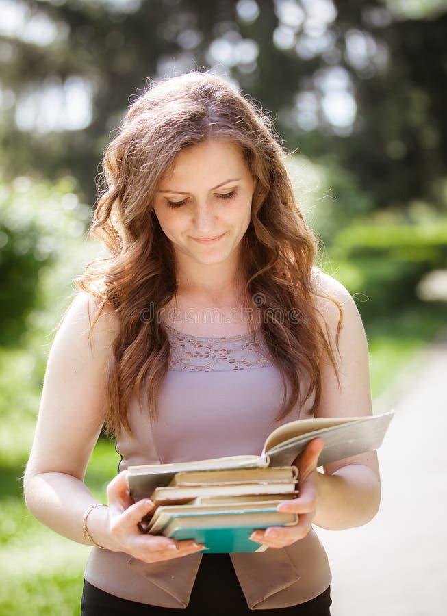 Estudiante con un libro en la calle fotografía de archivo libre de regalías