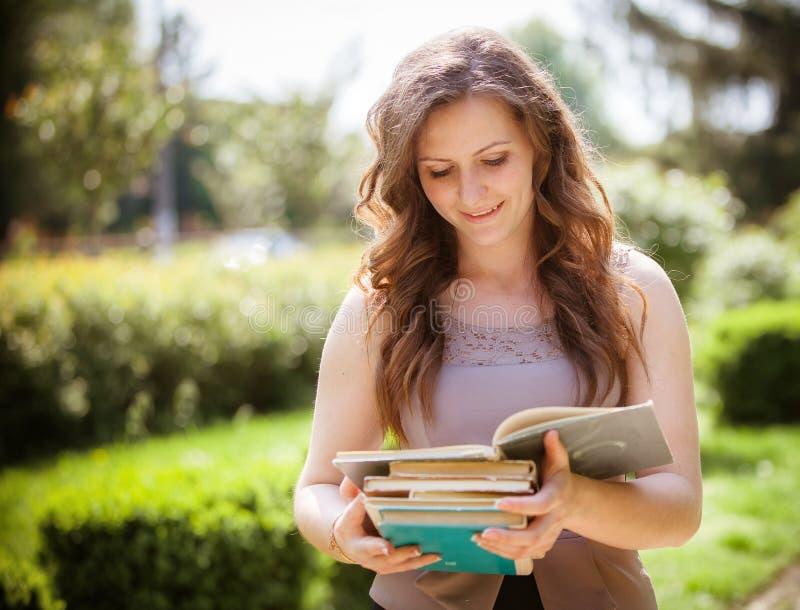 Estudiante con un libro en la calle imagen de archivo