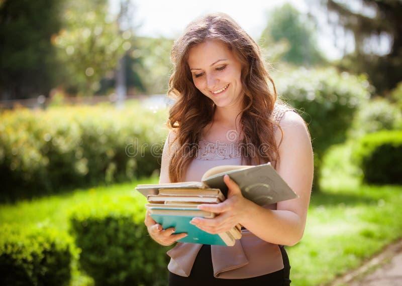 Estudiante con un libro en la calle fotos de archivo