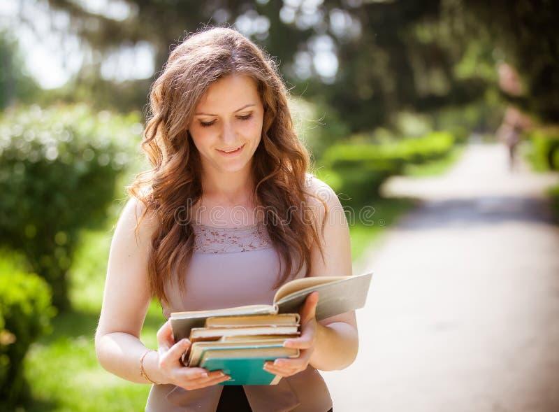 Estudiante con un libro en la calle fotos de archivo libres de regalías