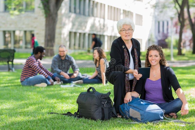 Estudiante confiado con el profesor imagenes de archivo