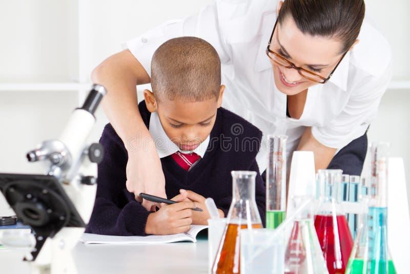 Estudiante de ayuda del profesor imagen de archivo