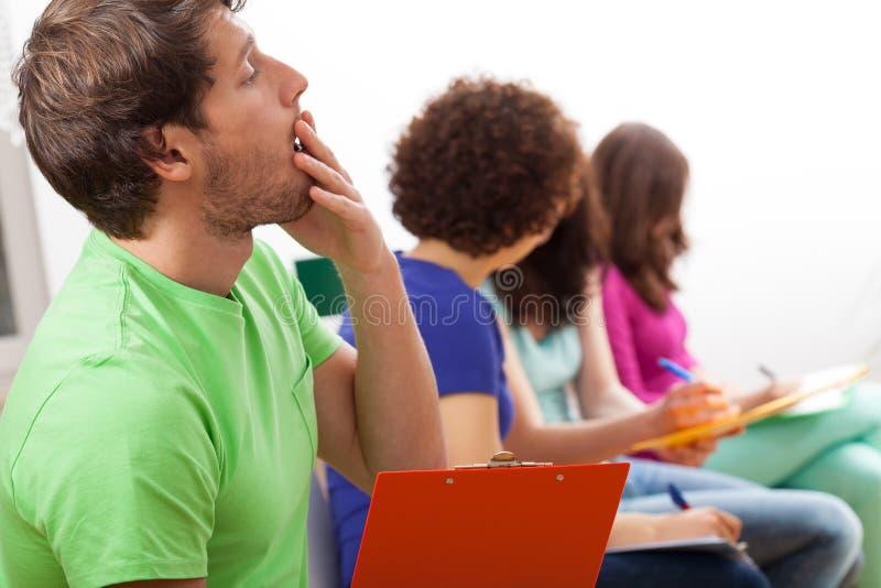 Estudiante de bostezo durante conferencia fotografía de archivo libre de regalías