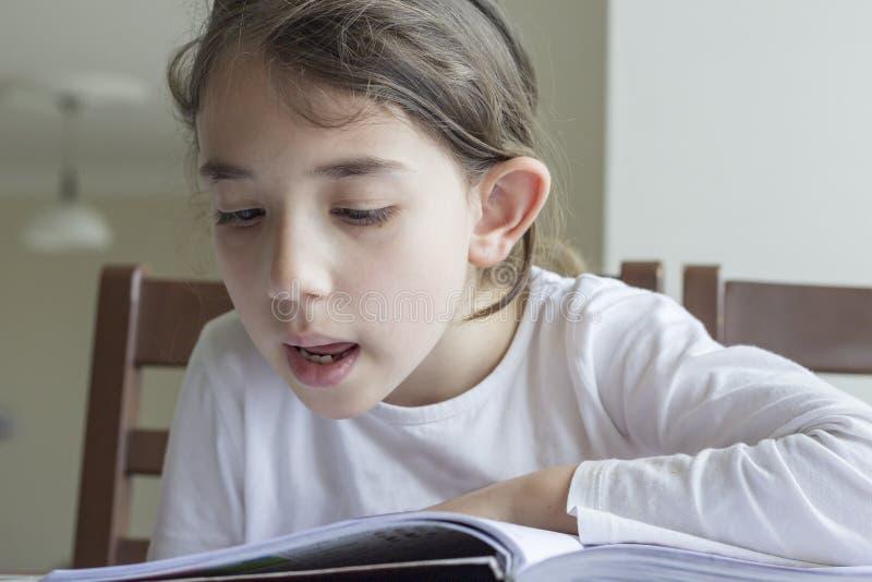 Estudiante de Elementry que lee su preparaci?n fotografía de archivo