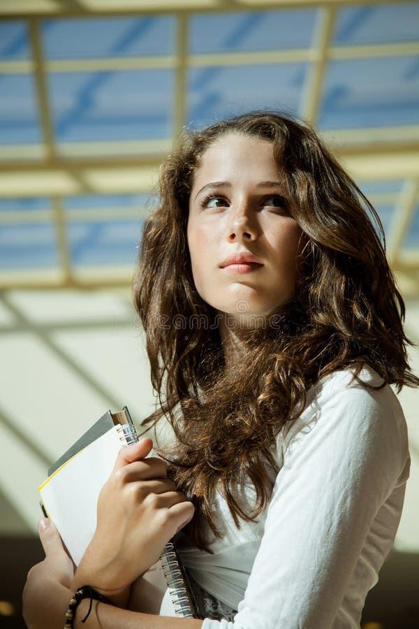 Estudiante de la belleza en campus imagenes de archivo