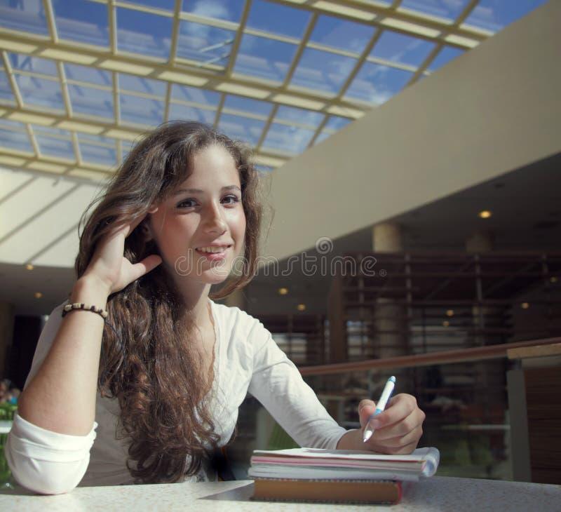 Estudiante de la belleza en campus foto de archivo