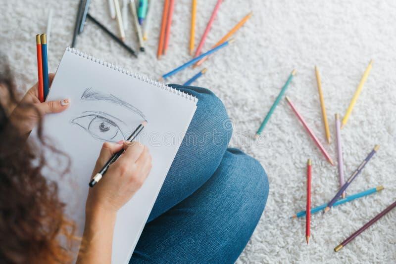 Estudiante de la escuela de arte moderno que bosqueja los lápices foto de archivo