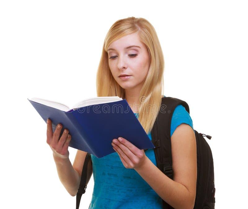 Estudiante de la muchacha con el libro de lectura de la mochila del bolso foto de archivo libre de regalías
