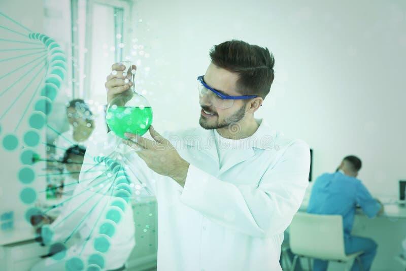Estudiante de medicina con el funcionamiento de cristal del frasco en laboratorio científico moderno y filamento gráfico de la DN fotos de archivo libres de regalías