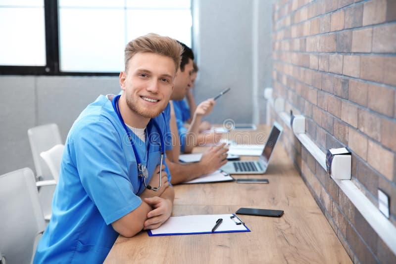 Estudiante de medicina con estudiar de los groupmates imagen de archivo