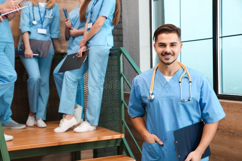 Estudiante de medicina con los groupmates en universidad fotos de archivo
