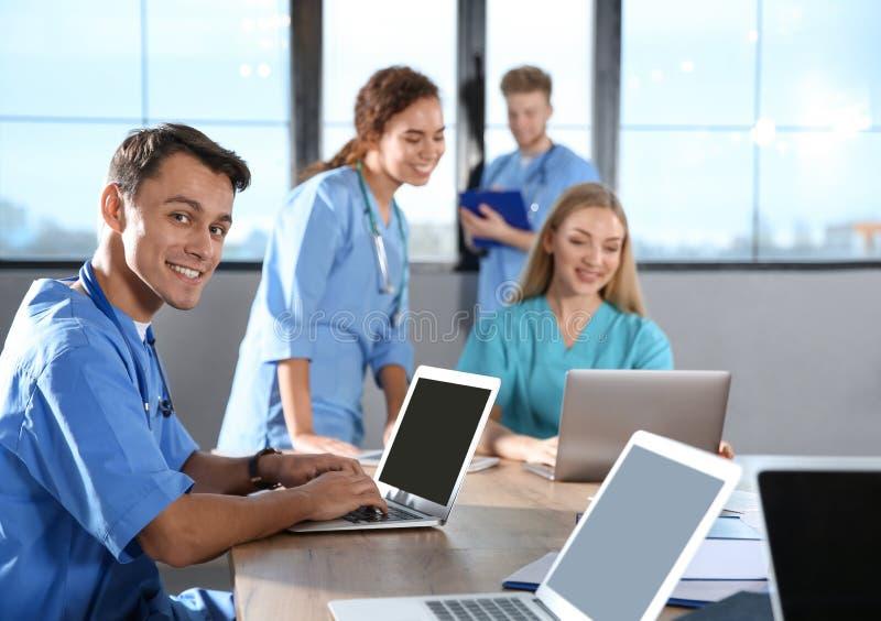 Estudiante de medicina con sus compañeros de clase fotografía de archivo