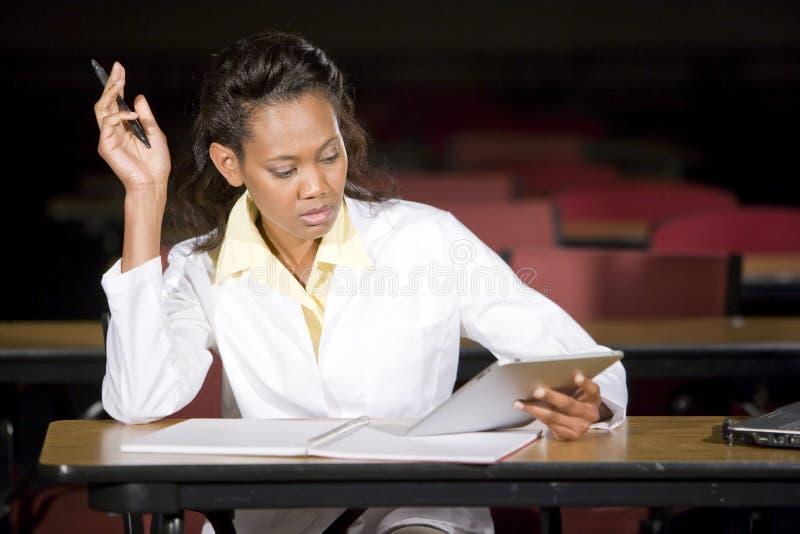 Estudiante de medicina que estudia en la noche en sala de clase fotografía de archivo libre de regalías
